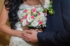 γάμος χεριών ανθοδεσμών Στοκ Εικόνες