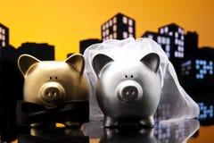 Γάμος χοίρων πόλεων μητροπόλεων η piggy τράπεζα με το δεσμό πέπλων και τόξων Στοκ Εικόνα