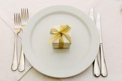 Γάμος Bonbonniere στο πιάτο Στοκ Εικόνες