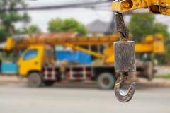 Γάντζοι γερανών που κρεμούν πέρα από το υπόβαθρο φορτηγών γερανών Στοκ φωτογραφίες με δικαίωμα ελεύθερης χρήσης