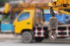 Γάντζοι γερανών που κρεμούν πέρα από το υπόβαθρο φορτηγών γερανών Στοκ εικόνα με δικαίωμα ελεύθερης χρήσης