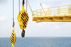 Γάντζοι γερανών στο εργοτάξιο, γερανός στην πλατφόρμα πετρελαίου και φυσικού αερίου για το φορτίο μεταφοράς και ελεγχόμενος από τ Στοκ φωτογραφία με δικαίωμα ελεύθερης χρήσης