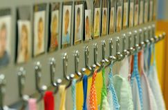 Γάντζοι με τις πετσέτες των παιδιών παιδικών σταθμών στοκ εικόνες