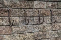 Γάντζοι στο τουβλότοιχο Στοκ φωτογραφία με δικαίωμα ελεύθερης χρήσης