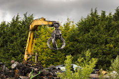 Γάντζος γερανών στο αγροτικό ναυπηγείο απορρίματος αυτοκινήτων στοκ εικόνα