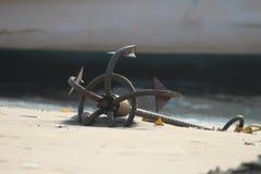 Γάντζος στην άμμο στοκ φωτογραφία