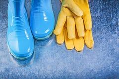 Γάντια δέρματος μποτών γόμμας ασφάλειας στη μεταλλική κηπουρική υποβάθρου Στοκ εικόνα με δικαίωμα ελεύθερης χρήσης