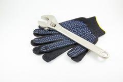 Γάντια γαλλικών κλειδιών και εργασίας σε ένα άσπρο υπόβαθρο στοκ φωτογραφίες με δικαίωμα ελεύθερης χρήσης