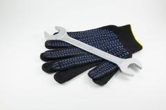 Γάντια γαλλικών κλειδιών και εργασίας σε ένα άσπρο υπόβαθρο στοκ εικόνες