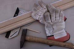 Γάντια εργασίας με το φραγμό γωνίας και τον περιζώνοντας πίνακα Στοκ Εικόνες