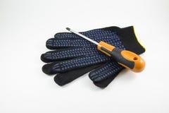 Γάντια κατσαβιδιών και εργασίας σε ένα άσπρο υπόβαθρο στοκ φωτογραφίες