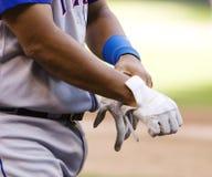 γάντια που βάζουν το λε&upsilon Στοκ εικόνα με δικαίωμα ελεύθερης χρήσης