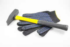 Γάντια σφυριών και εργασίας σε ένα άσπρο υπόβαθρο στοκ φωτογραφία