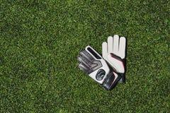 Γάντια τερματοφυλακάων που βρίσκονται στην πίσσα ποδοσφαίρου Στοκ εικόνα με δικαίωμα ελεύθερης χρήσης
