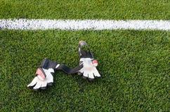 Γάντια τερματοφυλακάων στη χλόη στο αγωνιστικό χώρο ποδοσφαίρου Στοκ εικόνα με δικαίωμα ελεύθερης χρήσης