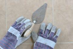 Γάντια Trowel και κατασκευής στοκ φωτογραφία με δικαίωμα ελεύθερης χρήσης