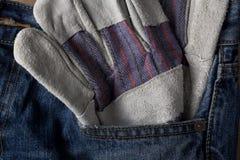 Γάντι εργασίας στην μπλε τσέπη του Jean Στοκ φωτογραφίες με δικαίωμα ελεύθερης χρήσης