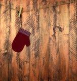 Γάντι παιδιών ` s σε ένα ξύλινο υπόβαθρο Χριστούγεννα νέο έτος Τ Στοκ φωτογραφίες με δικαίωμα ελεύθερης χρήσης