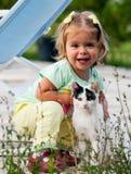 Γάτα και μικρό κορίτσι Στοκ Εικόνες