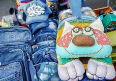 Γάτα μαξιλαριών που ράβεται από τα διαφορετικά κομμάτια του υφάσματος στοκ εικόνα