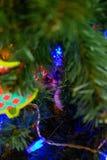 Γάτα στο χριστουγεννιάτικο δέντρο Κόκκινο χαριτωμένο γατάκι νέο έτος στοκ εικόνα με δικαίωμα ελεύθερης χρήσης