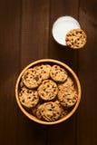 γάλα γυαλιού πεδίων βάθους μπισκότων σοκολάτας τσιπ απότομα Στοκ Φωτογραφίες