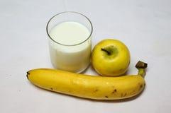 Γάλα, η φρέσκες κίτρινες Apple και μπανάνα Στοκ εικόνα με δικαίωμα ελεύθερης χρήσης