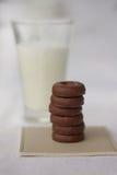 Γάλα και λίγη σοκολάτα donuts Στοκ φωτογραφίες με δικαίωμα ελεύθερης χρήσης