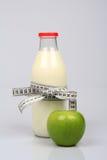 Γάλα και η πράσινη Apple Στοκ φωτογραφία με δικαίωμα ελεύθερης χρήσης