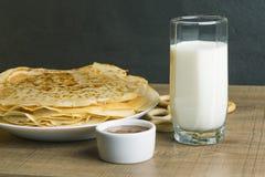 Γάλα με τις τηγανίτες και το μέλι Στοκ φωτογραφίες με δικαίωμα ελεύθερης χρήσης