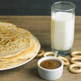 Γάλα με τις τηγανίτες και το μέλι Στοκ Φωτογραφίες