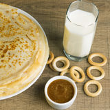 Γάλα με τις τηγανίτες και το μέλι Στοκ Εικόνα