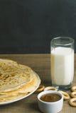 Γάλα με τις τηγανίτες και το μέλι Στοκ φωτογραφία με δικαίωμα ελεύθερης χρήσης