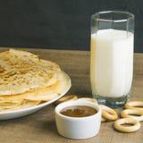 Γάλα με τις τηγανίτες και το μέλι Στοκ Εικόνες