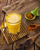 Γάλα που γίνεται χρυσό με turmeric Στοκ φωτογραφία με δικαίωμα ελεύθερης χρήσης