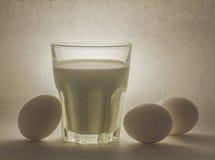 Γάλα σε ένα βάζο και τα αυγά γυαλιού Στοκ Φωτογραφίες