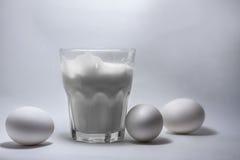 Γάλα σε ένα βάζο και τα αυγά γυαλιού Στοκ εικόνες με δικαίωμα ελεύθερης χρήσης