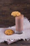 Γάλα σοκολάτας με oatmeal διατροφής τα μπισκότα Στοκ Φωτογραφίες