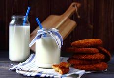 Γάλα στα μπουκάλια και τα μπισκότα Στοκ Εικόνες