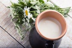 Γάλα στη στάμνα στον ξύλινο πίνακα Στοκ φωτογραφία με δικαίωμα ελεύθερης χρήσης