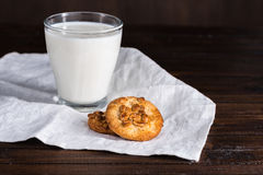 Γάλα στο γυαλί και σπιτικό ξύλινο tabletop μπισκότων Στοκ Εικόνα