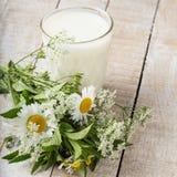 Γάλα στο γυαλί στον ξύλινο πίνακα Στοκ φωτογραφίες με δικαίωμα ελεύθερης χρήσης