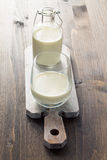 Γάλα στο ξύλινο υπόβαθρο Στοκ εικόνες με δικαίωμα ελεύθερης χρήσης