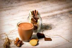 Γάλα φουντουκιών - γάλα και μπισκότα σοκολάτας Στοκ Εικόνα