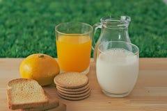 Γάλα, χυμός, μπισκότα στοκ φωτογραφία με δικαίωμα ελεύθερης χρήσης