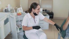 Γέλια και χαμόγελα οδοντιάτρων με τον ασθενή στην οδοντική κλινική, σε αργή κίνηση Αστείο βίντεο απόθεμα βίντεο