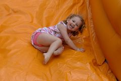 γέλιο κοριτσιών κάστρων bouncy στοκ εικόνες
