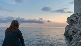 γέλιο συνεδρίασης κοριτσιών, που απολαμβάνει το μέτωπο ηλιοβασιλέματος της αδριατικής θάλασσας και της παλαιάς πόλης Dubrovnik στοκ φωτογραφίες με δικαίωμα ελεύθερης χρήσης