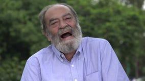 Γέλιο του γενειοφόρου ισπανικού ανώτερου ηληκιωμένου φιλμ μικρού μήκους