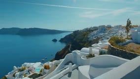 Γέρνοντας πανοραμικοί πυροβοληθε'ντες απότομος βράχος και Αιγαίο πέλαγος Santorini το απόγευμα απόθεμα βίντεο